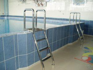Лестница в бассейн из нержавеющей стали с противоскользящими ступеньками
