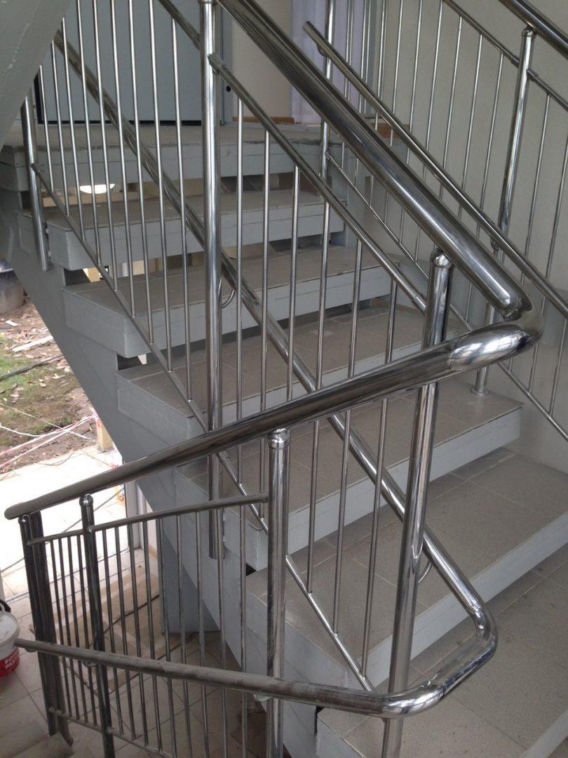 Перила из нержавеющей стали с вертикальным заполнением и дополнительным поручнем